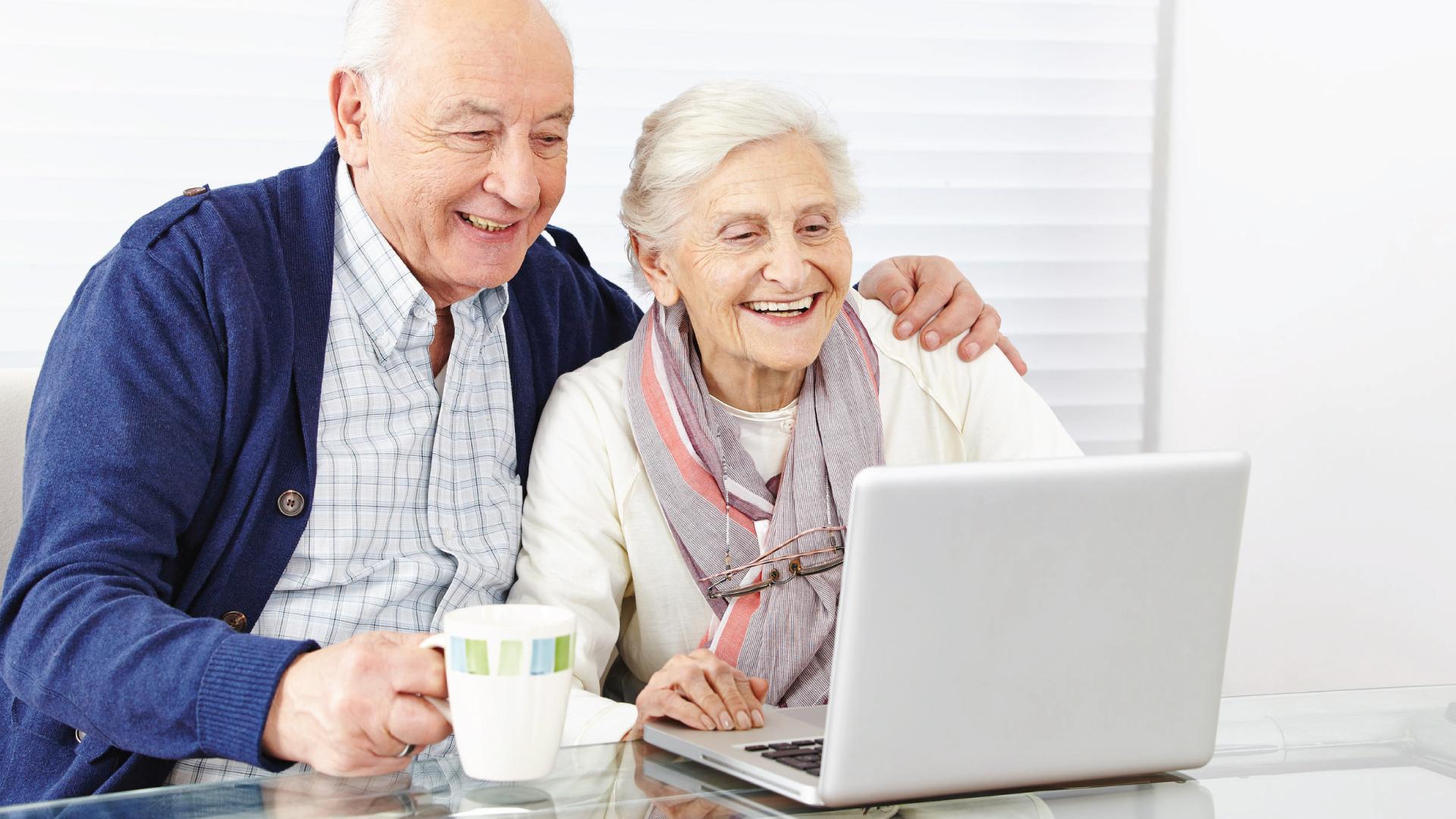 couple séniors devant un ordinateur